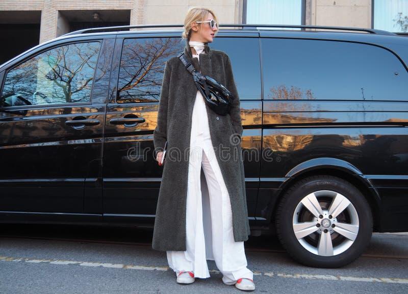 MILÃO - 13 de janeiro: Uma mulher elegante que levanta para fotógrafo na rua antes do desfile de moda de NEIL BARRET, durante Mil fotos de stock royalty free