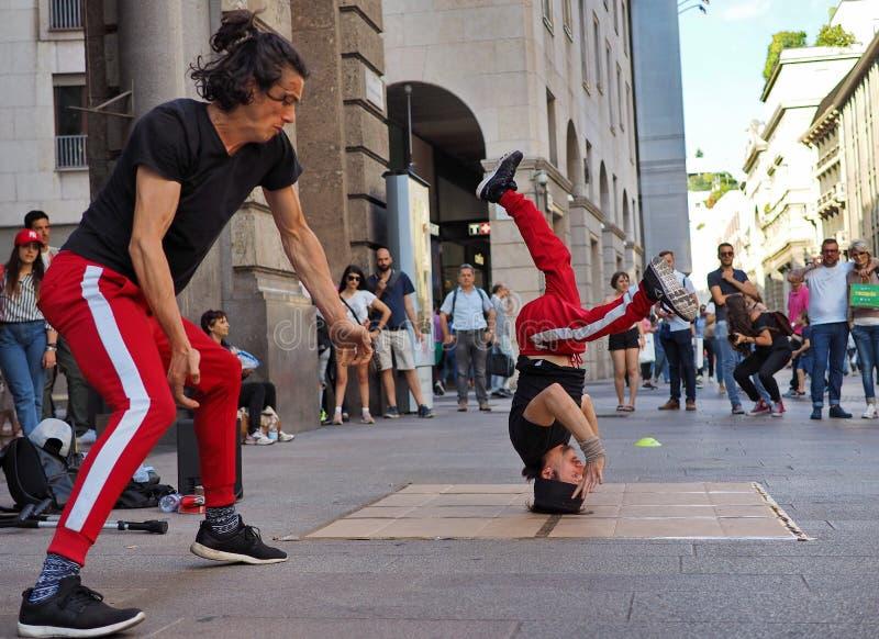 MILÃO, ITÁLIA - 1º DE JUNHO: As acrobatas da rua estão executando em CORSO VITTORIO EMANUELE Milan foto de stock royalty free