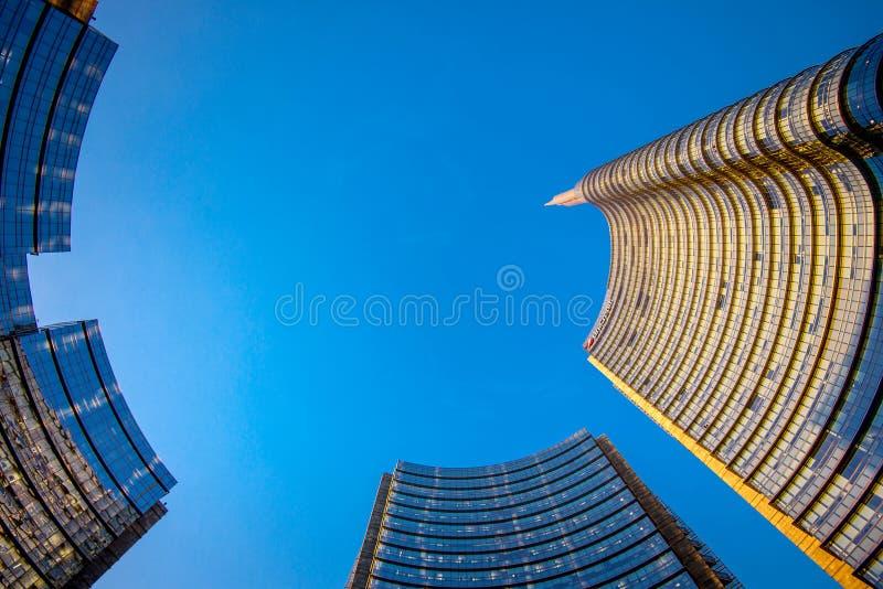 MILÃO, ITÁLIA - CERCA DO JANEIRO DE 2018: Construção moderna de Gael Aulenti da praça, o distrito finalcial em Porta Garibaldi fotografia de stock