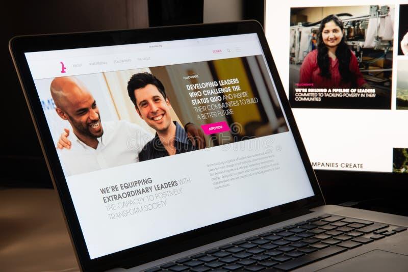 Milão, Itália - 15 de agosto de 2018: Homepage do Web site do NGO do fundo do talento fotos de stock