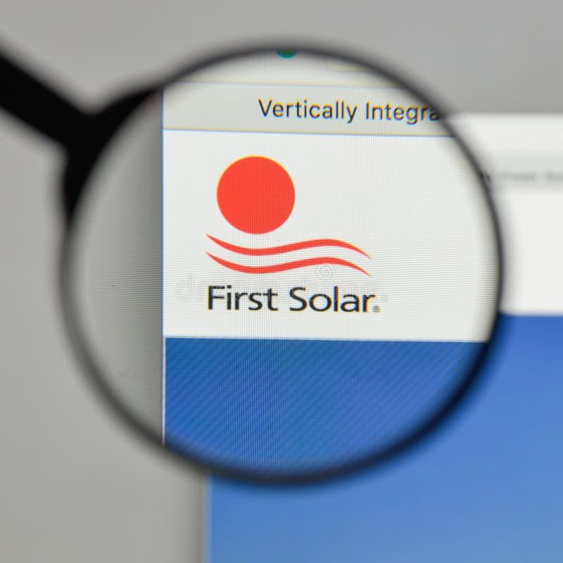 Milão, Itália - 10 de agosto de 2017: Logotipo de First Solar no Web site foto de stock