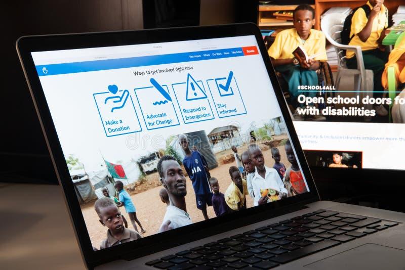 Milão, Itália - 15 de agosto de 2018: Websi do NGO de Handicap International imagem de stock