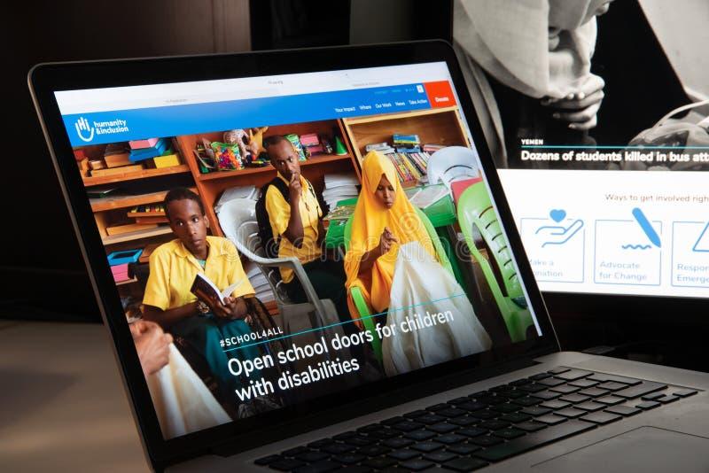 Milão, Itália - 15 de agosto de 2018: Websi do NGO de Handicap International imagens de stock