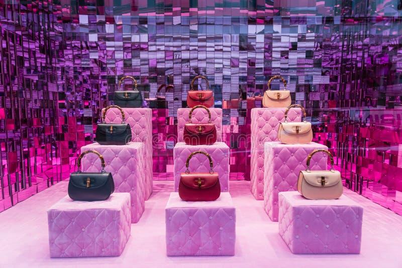 Milão, Itália - 28 de fevereiro de 2017: Janela da loja de uma loja de Gucci dentro fotografia de stock
