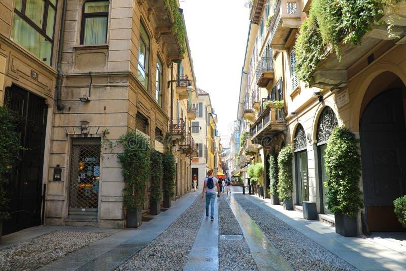MILÃO, ITÁLIA - 30 DE JULHO DE 2018: rua típica na vizinhança Brera em Milão, Itália fotografia de stock