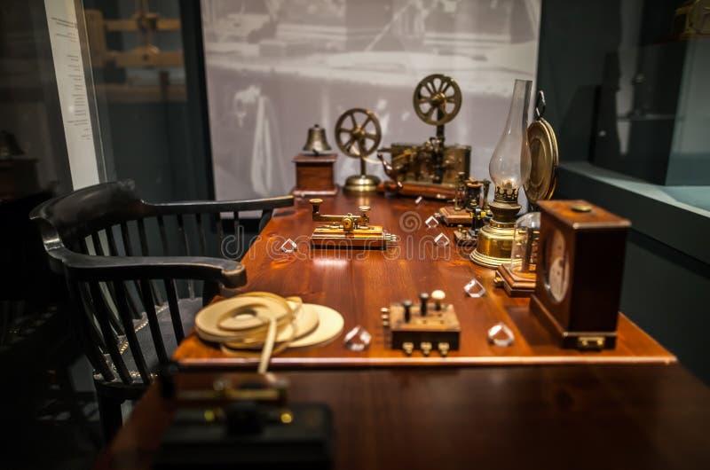 MILÃO, ITÁLIA - 9 DE JUNHO DE 2016: local de trabalho do operador de telégrafo no museu Leonardo da Vinci da ciência e da tecnolo foto de stock royalty free