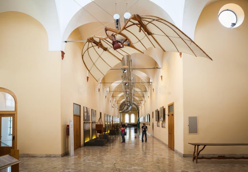 MILÃO, ITÁLIA - 9 DE JUNHO DE 2016: máquina de voo de Leonardo da Vinci imagem de stock