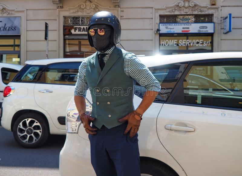 MILÃO, ITÁLIA - 15 DE JUNHO DE 2018: Homem excêntrico que anda para fotógrafo imagens de stock royalty free