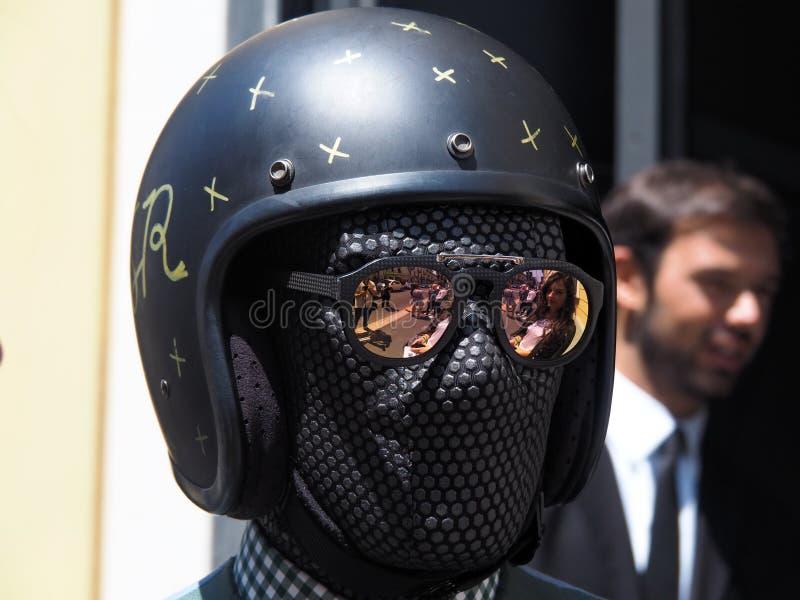 MILÃO, ITÁLIA - 15 DE JUNHO DE 2018: Homem excêntrico que anda para fotógrafo imagens de stock