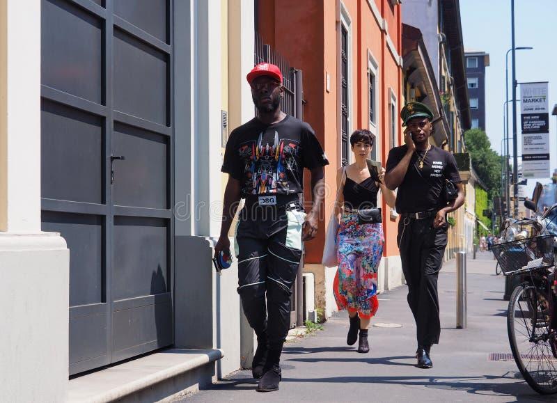 MILÃO, ITÁLIA - 15 DE JUNHO DE 2018: Homem excêntrico que anda para fotógrafo fotos de stock