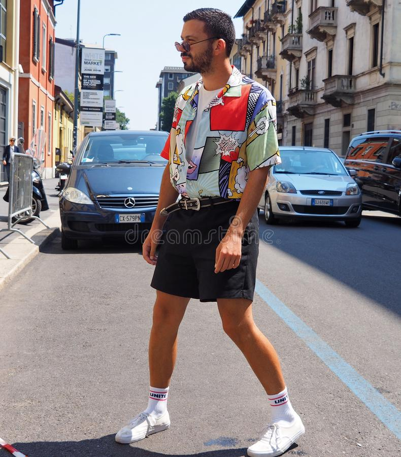 MILÃO, ITÁLIA - 15 DE JUNHO DE 2018: Homem excêntrico que anda para fotógrafo fotografia de stock royalty free