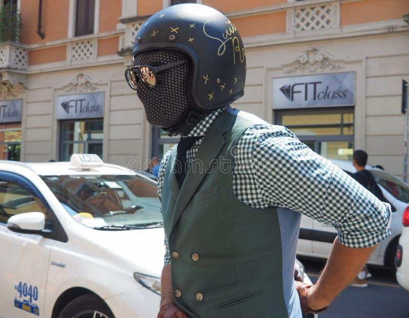 MILÃO, ITÁLIA - 15 DE JUNHO DE 2018: Homem excêntrico que anda para fotógrafo imagem de stock