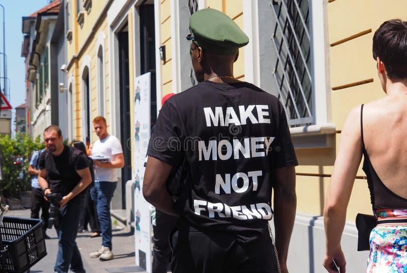 MILÃO, ITÁLIA - 15 DE JUNHO DE 2018: Homem excêntrico que anda para fotógrafo imagem de stock royalty free