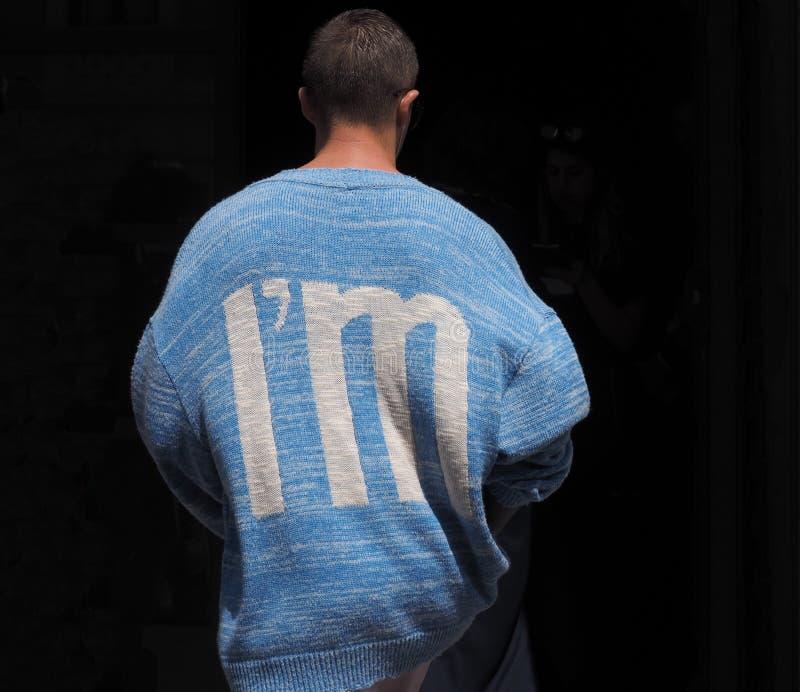 MILÃO, ITÁLIA - 15 DE JUNHO DE 2018: O homem excêntrico chega PARA REPRESENTAR o desfile de moda, durante Milan Fashion Week imagens de stock royalty free
