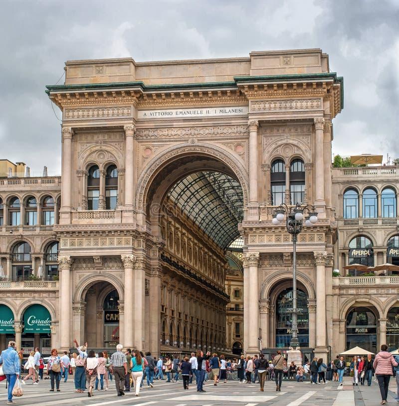 Milão, Itália - 9 de maio de 2018: Galeria de Vittorio Emanuele no quadrado Piazza Duomo No quadrado há turistas e vista fotografia de stock