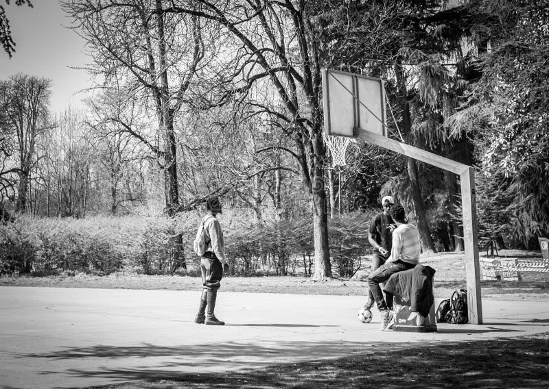 Milão, Itália - 23 de março de 2016: Jogadores dos homens negros no basketb fotos de stock royalty free
