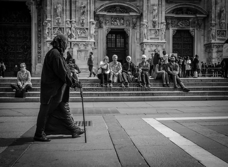 Milão, Itália - 23 de março de 2016: Mendigo pobre a fêmea envelhecida vestiu i fotos de stock royalty free