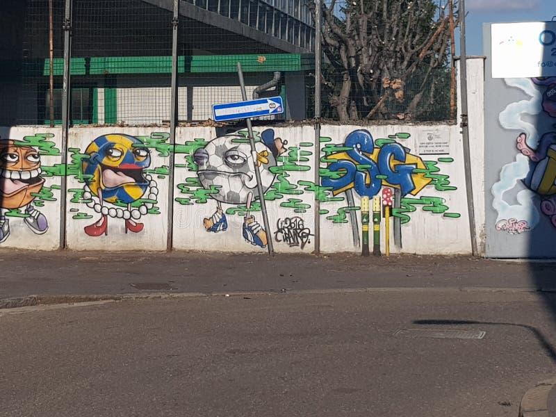 Milão, Itália - 19 de março de 2019: Street Art fez por um artista desconhecido na parede, Milão, Itália fotografia de stock royalty free