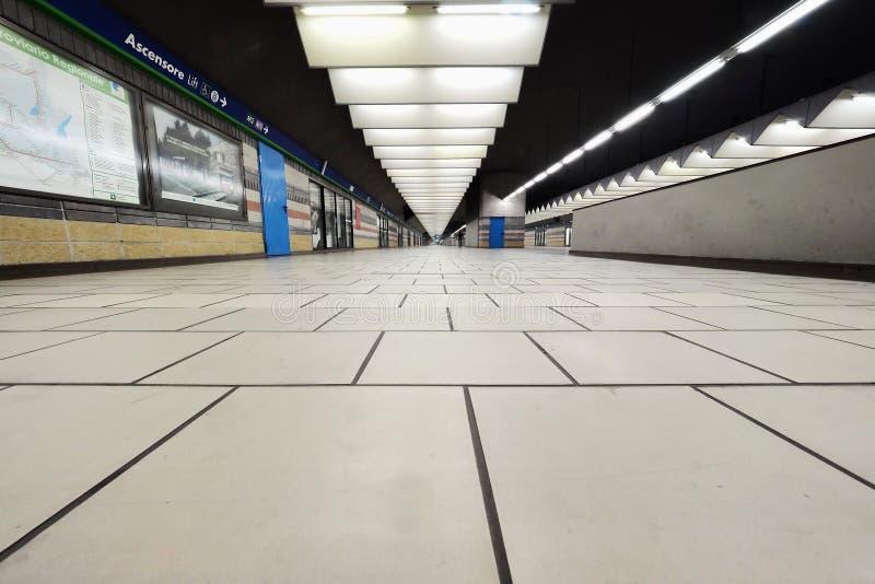 MILÃO, ITÁLIA - 21 DE OUTUBRO DE 2017: Opinião do inferior da estação de trem de Porta Garibaldi Conexão com a estação subterrâne imagens de stock royalty free