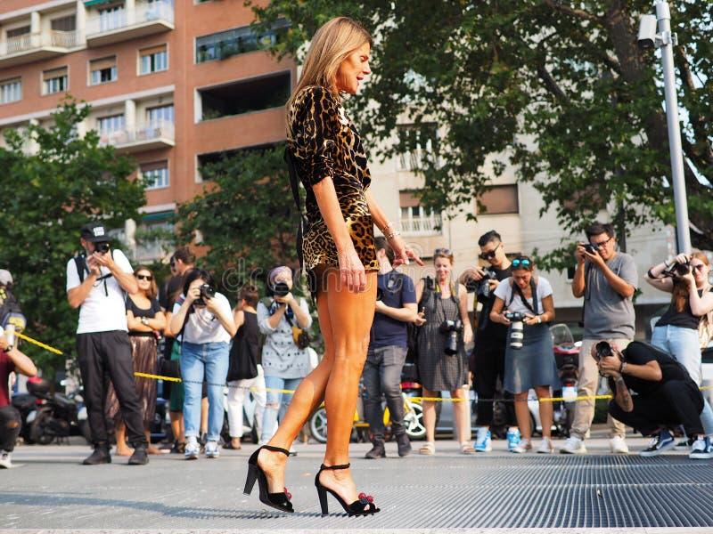 MILÃO, Itália: 19 de setembro de 2018: Anna Dello Russo no equipamento excêntrico imagens de stock royalty free
