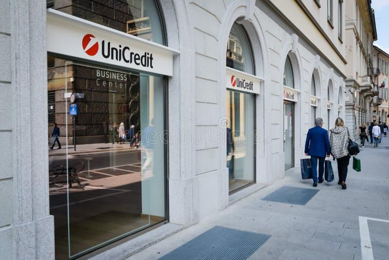 Milão, Itália - 24 de setembro de 2017: Banco de Unicredit em Milão fotografia de stock