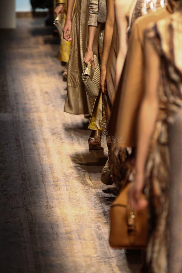 MILÃO, ITÁLIA - 21 DE SETEMBRO: Caminhada dos modelos o final da pista de decolagem durante a mostra de Salvatore Ferragamo imagem de stock