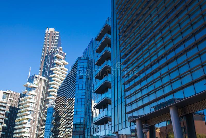 MILÃO, ITÁLIA - 7 de setembro de 2016: Fachada do arranha-céus Edifícios de Berlin Silhuetas de vidro modernas dos arranha-céus imagem de stock