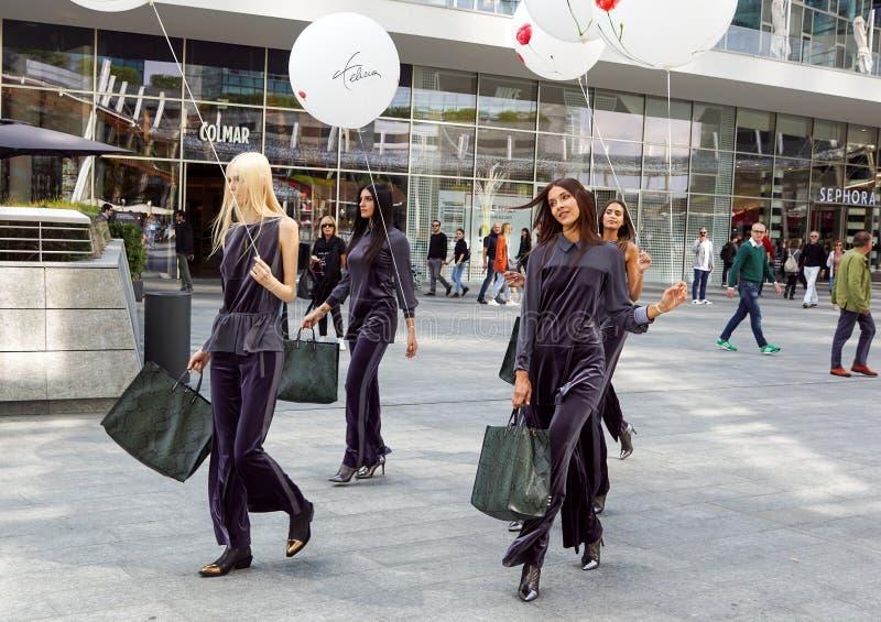MILÃO, ITÁLIA - 22 DE SETEMBRO DE 2017: Os modelos elegantes levantam na rua na construção do desfile de moda durante Milan Women fotos de stock