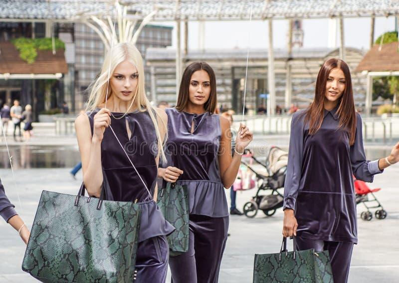 MILÃO, ITÁLIA - 22 DE SETEMBRO DE 2017: Os modelos elegantes levantam na rua na construção do desfile de moda durante Milan Women foto de stock royalty free