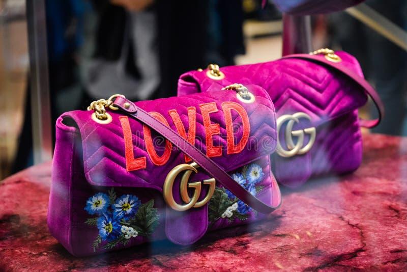 Milão, Itália - 24 de setembro de 2017: Saco de Gucci em uma loja de Gucci mim foto de stock