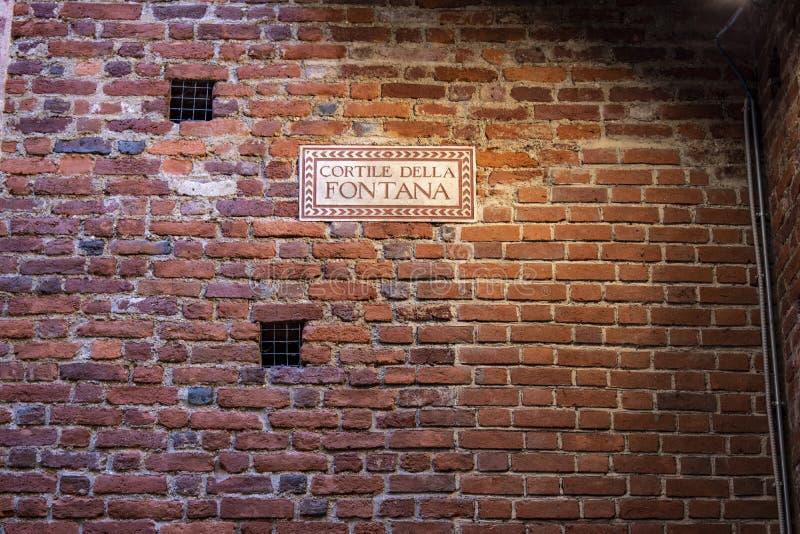 Mil?o, It?lia, Europa, castelo de Sforza, Castello Sforzesco, museu, p?tio, della Fontana de Cortile, corte, fonte, sinal, tijolo imagens de stock royalty free
