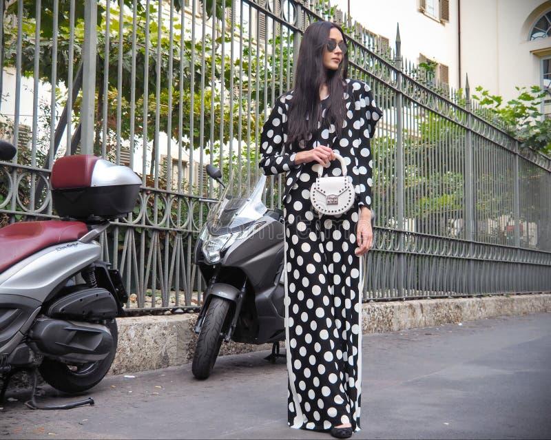 MILÃO, Italia 22 de setembro: Um modelo asiático elegante que levanta para fotógrafo na rua antes do desfile de moda de ANTONIO M fotografia de stock royalty free