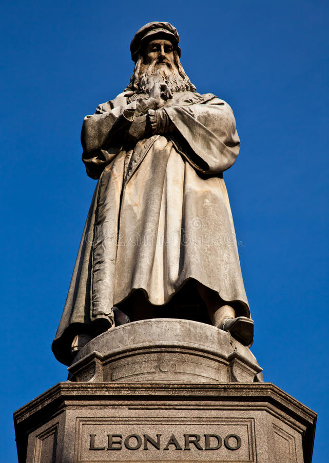 Milão - Italy: Estátua de Leonardo Da Vinci fotografia de stock royalty free