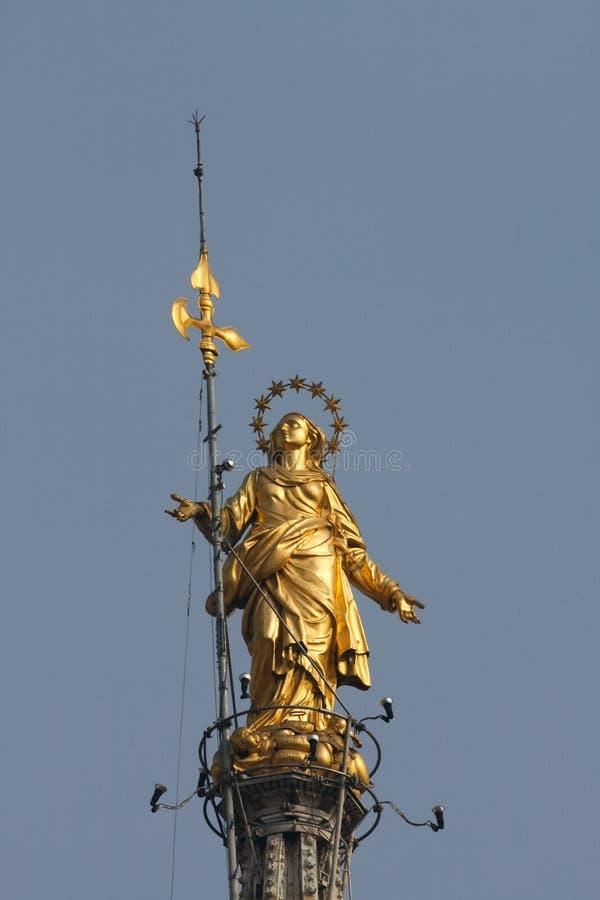 MILÃO, ITALY/EUROPE - FBRUARY 23: Estátua de Madunina sobre imagens de stock royalty free