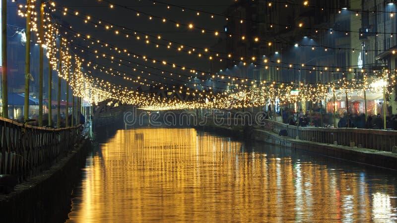 Milão, Italy A via navegável grandioso do canal de Naviglio com luz de Natal, opinião da noite Este distrito é famoso para restau fotos de stock