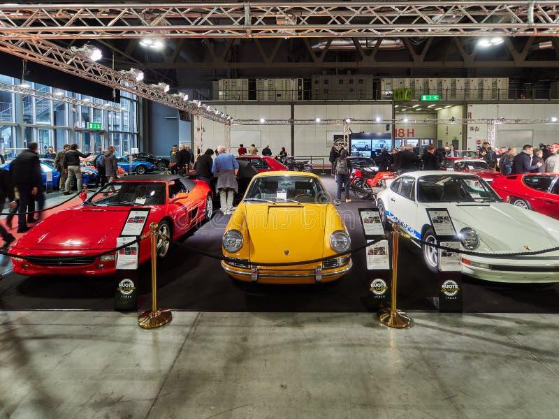 Milão, Lombardy Itália - 23 de novembro de 2018 - da esquerda para a direita, aranha vermelha de Ferrari F355 1996, Porsche amare fotografia de stock royalty free