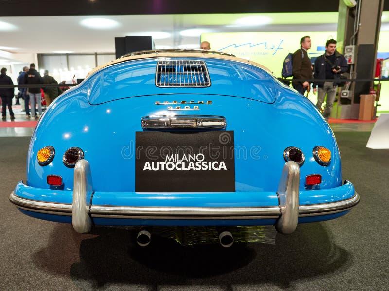Milão, Lombardy Itália - 23 de novembro de 2018 - parte traseira de Porsche azul 1500 com o sinal de MILÃO AUTOCLASSICA em Autocl imagem de stock