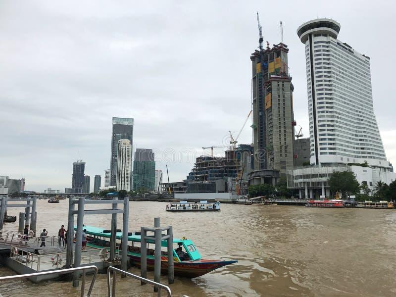 Milênio Hilton que constrói perto de construir em um outro cais do rio imagens de stock