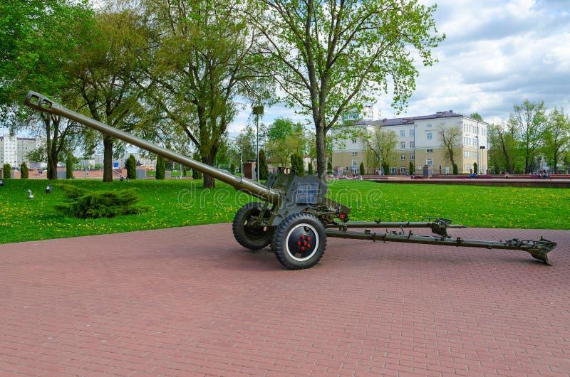 85-milímetro arma divisional D-44 en el callejón de la gloria militar en el parque de ganadores, Vitebsk, Bielorrusia imágenes de archivo libres de regalías