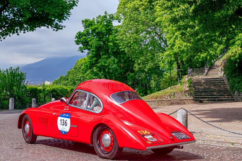 1000 mil 2019, Brescia - Italien Maj 15, 2019: Den historiska Mille Miglia biltävlingen Start av loppet i Brescia Ett h?rligt royaltyfria foton