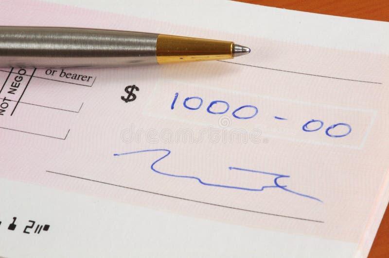Mil dólares de cheque foto de archivo libre de regalías