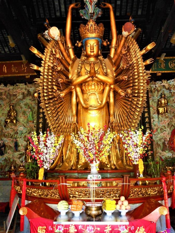 Mil manos Guanyin y budismo, oro y flores, arte y religión en China imagen de archivo libre de regalías