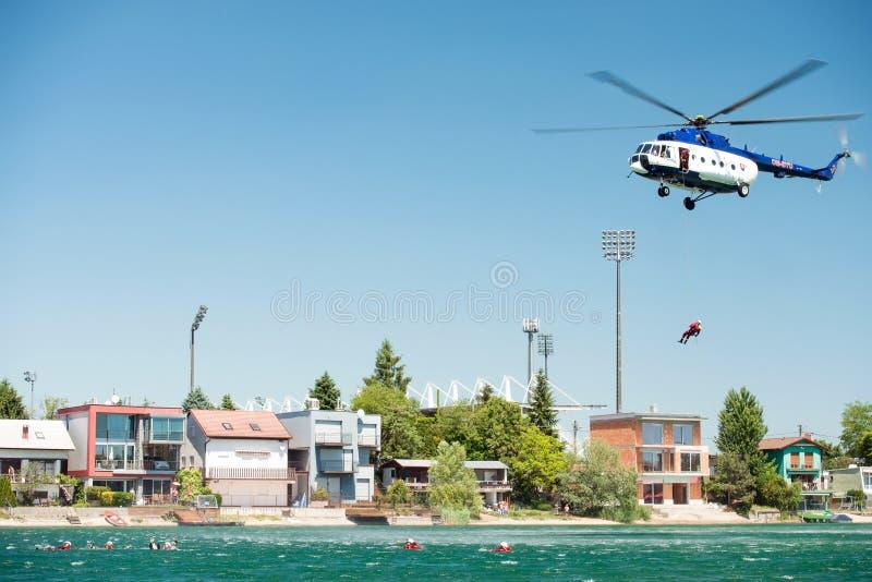 Mil mi-17 ελικόπτερο που διευθύνει μια διάσωση από το νερό στις ηλιόλουστες λίμνες Senec, Σλοβακία στοκ εικόνες
