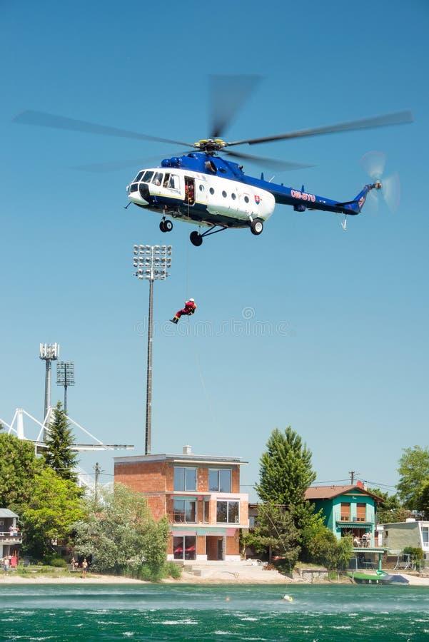 Mil Mi-17 helikopter prowadzi ratuneku od wody na Senec Pogodnych jeziorach, Sistani fotografia royalty free