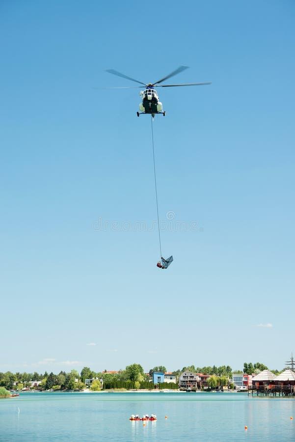 Mil Mi-17 helikopter prowadzi ratuneku od wody na Senec Pogodnych jeziorach, Sistani zdjęcia stock