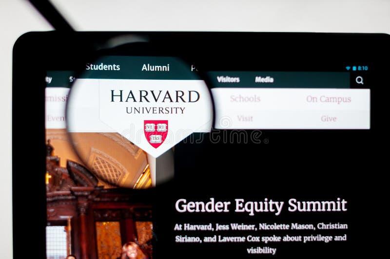 Mil?n, Italia - 10 de agosto de 2017: Harvard homepage del sitio web del edu Logotipo de Harvard visible ilustración del vector