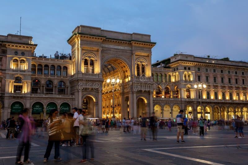 Mil?n, Italia - 14 08 2018: Galería de Vittorio Emanuele II en Piazza del Duomo en Milán en la noche foto de archivo