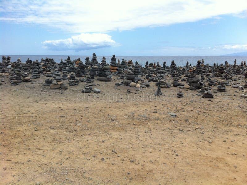 Mil pils da pedra que olham o mar imagens de stock