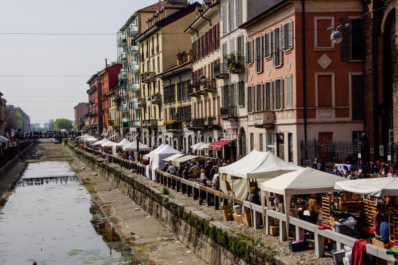 Milaan: antiquiteitenmarkt op de banken van Naviglio  royalty-vrije stock foto's