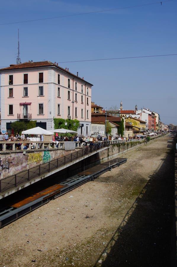 Milaan: antiquiteitenmarkt op de banken van 'Naviglio Grande' in M stock foto